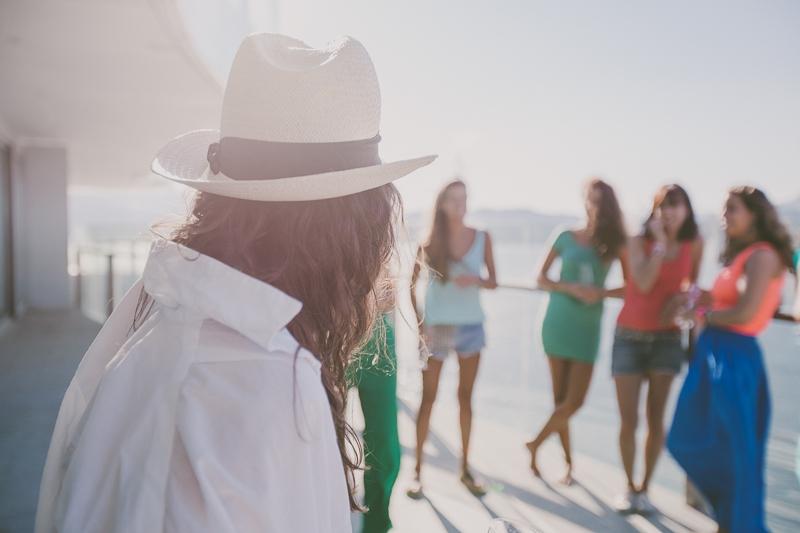 Rapariga com camisa branca e chapéu ao sol
