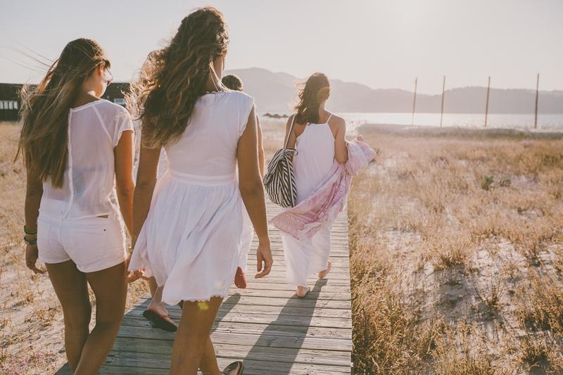 Amigas a caminharem para a praia