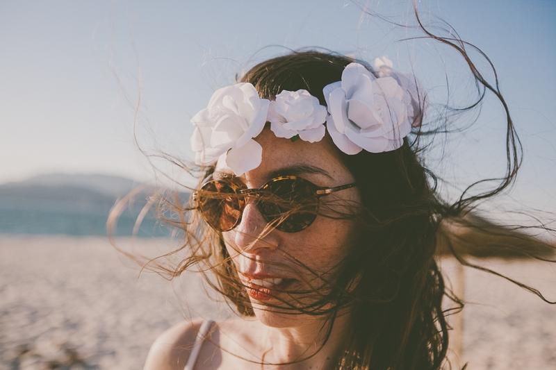 Rapariga com coroa de flores branca