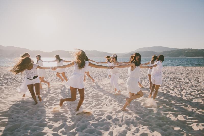 Amigas em roda a correr vestidas de branco