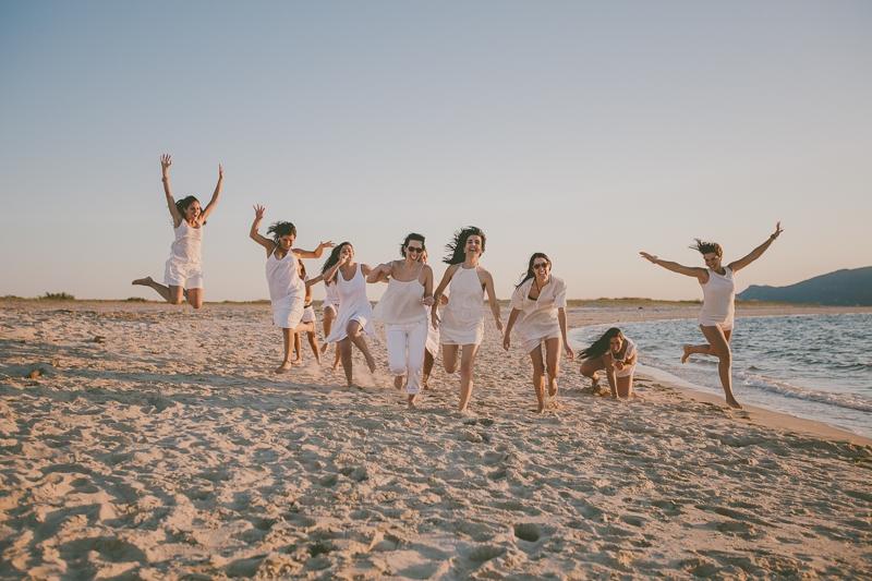 Amigas a correr e a saltar na praia