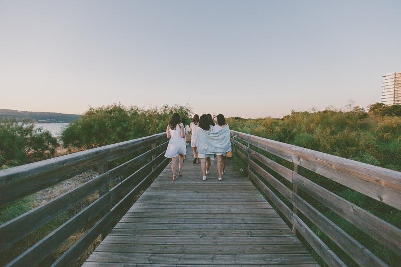 Amigas a sair da praia de Tróia